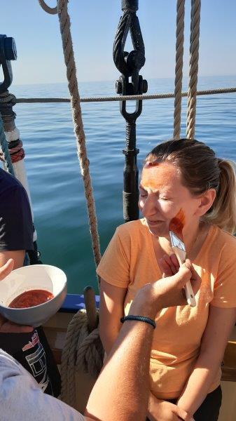 Chrzest morski. Malowanie pędzlem ketchupem buzi naszej nauczycielce SKEM przezBosmana