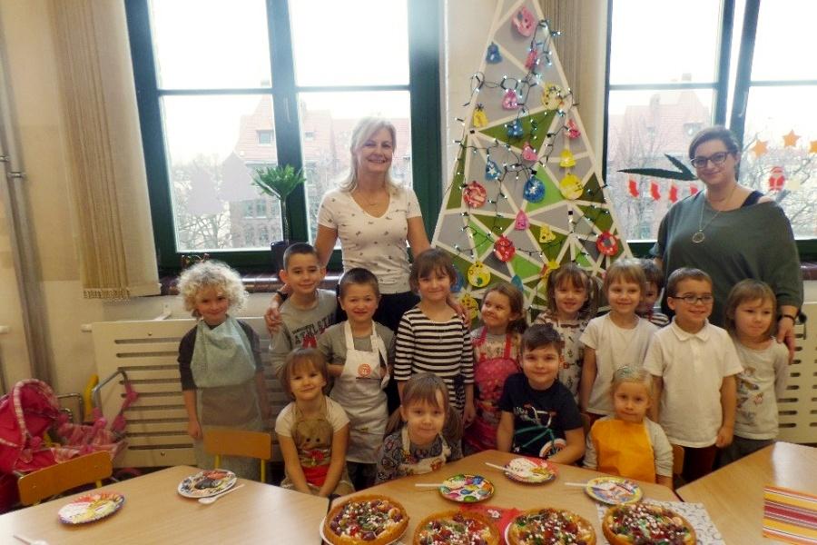 grupa dzieci z dwiema nauczycielkami