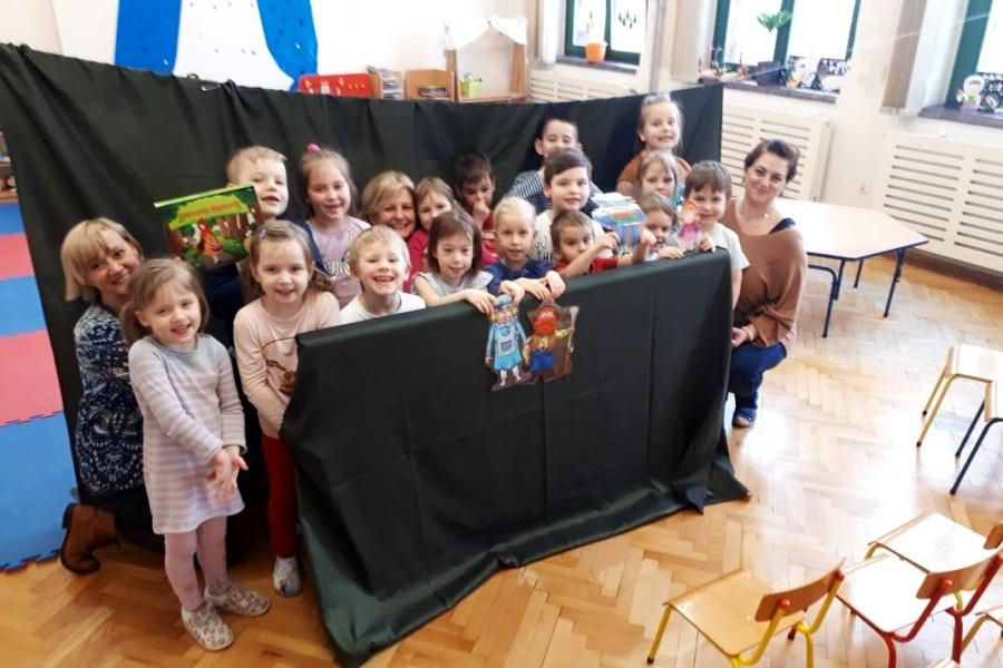 grupa dzieci z nauczycielką