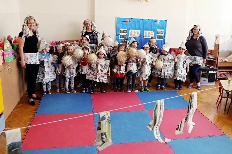 przedszkolaki wgazetowych strojach zdjęcie grupowe