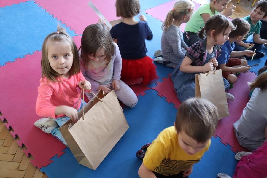 przedskolaki oglądają nagrody