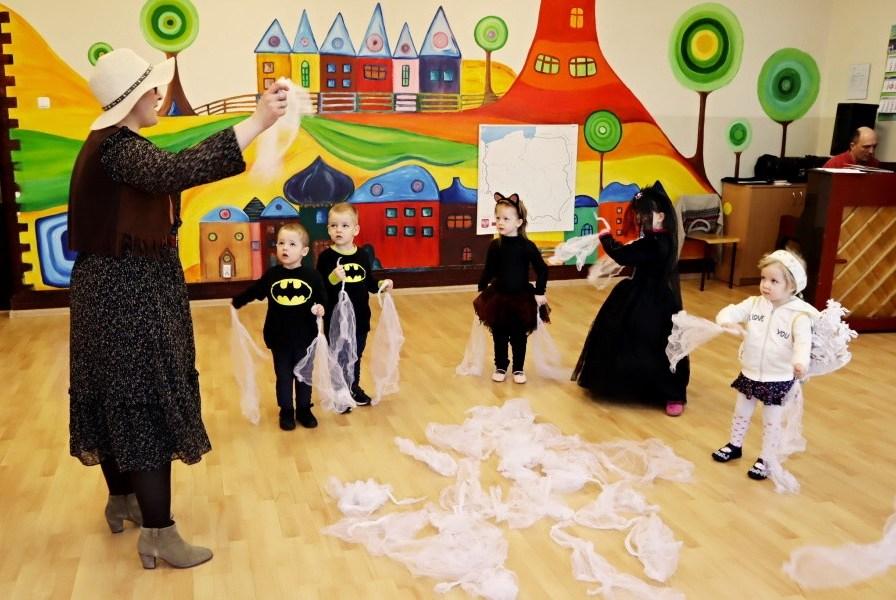 grupa dzieci wstrojach karnawałowych podczas zabawy