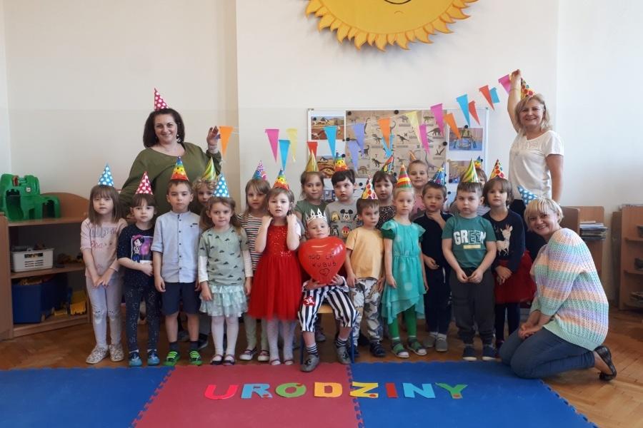 grupa przedszkolaków z nauczycielkami zdjęcie grupowe