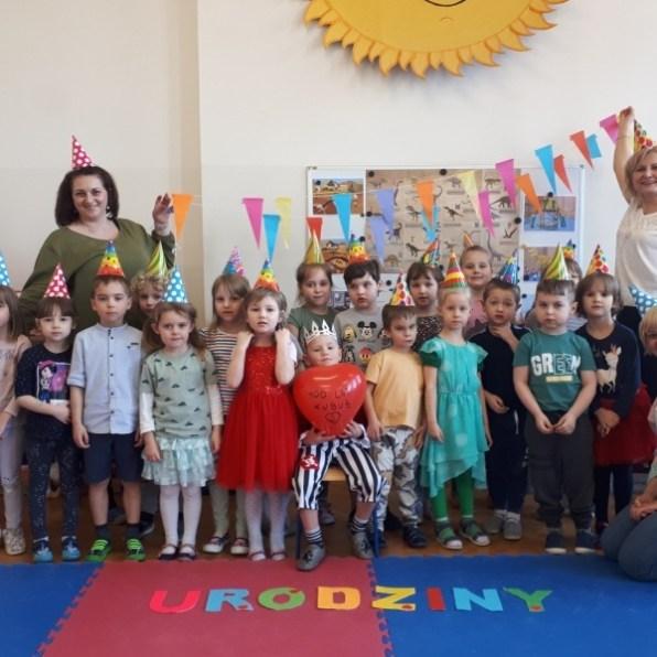 grupa przedszkolaków znauczycielkami zdjęcie grupowe