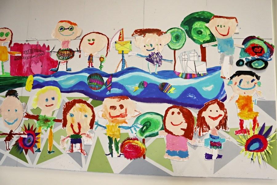 autoportrety przedszkolaków - prace plastyczne na wystawie