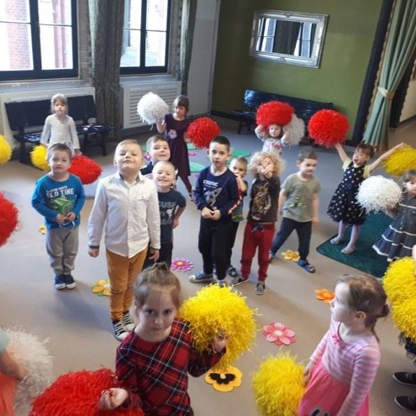 grupa przedszkolaków podczas zabawy