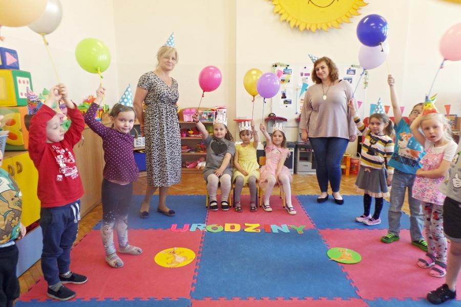 grupa przedszkolaków z nauczycielkami