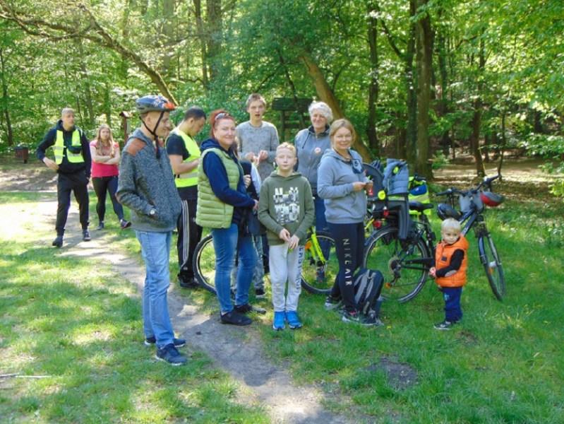 polana, grupa młodzieży idorosłych, rowery