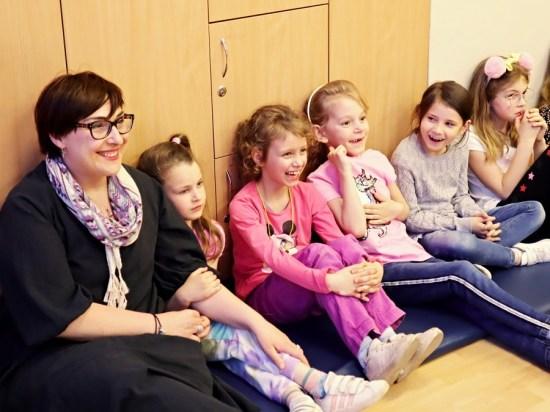 dzieci oglądające przedstawienie