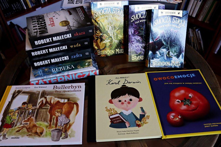stos książek na stoliku