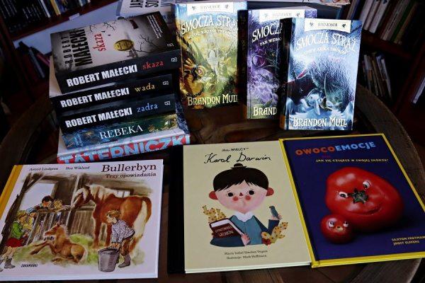 stos książek nastoliku