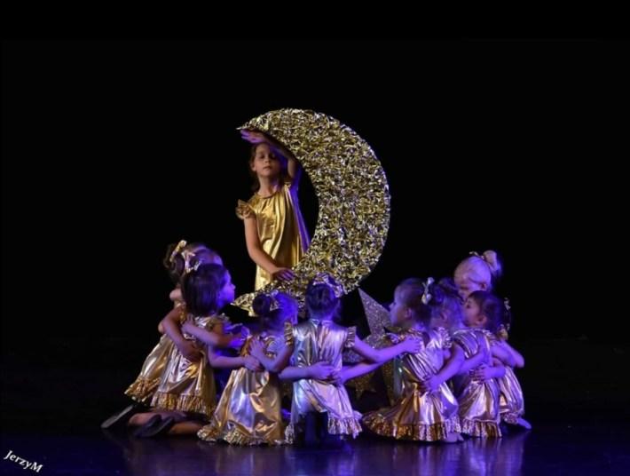 tancerki wzłotych strojach