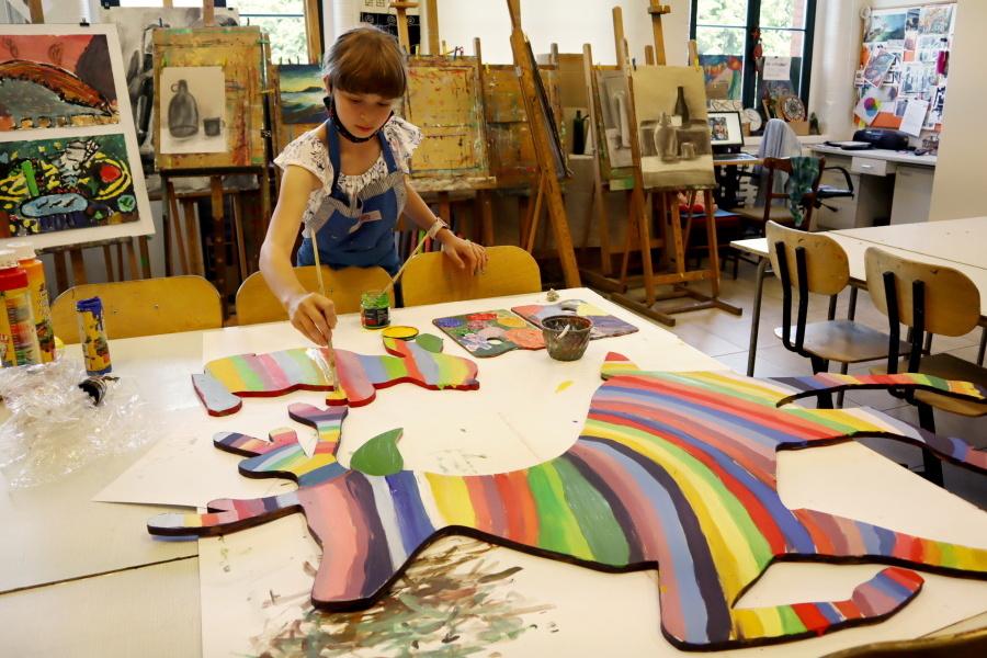 dziewczyna malująca zwierzęta na różne kolory
