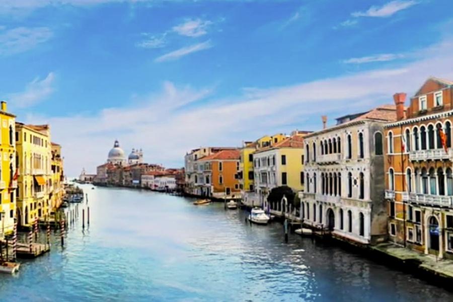 Wenecja, po obu stronach kanału widać budynki miasta
