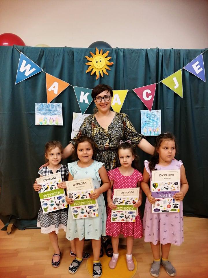 grupa dzieci znauczycielką