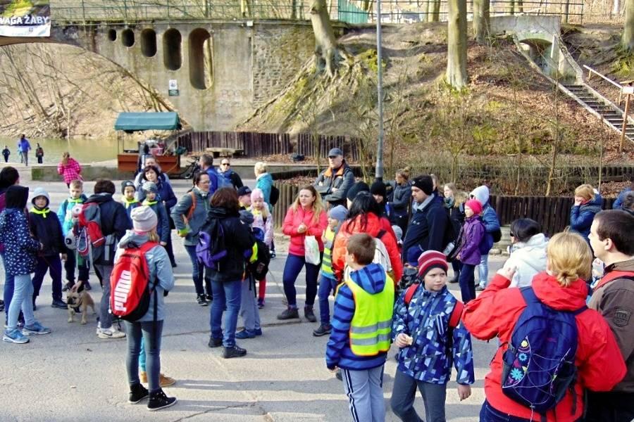 grupa dzieci z opiekunami na trasie wycieczki