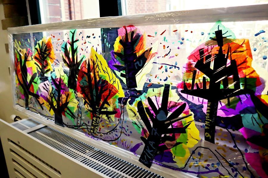 Praca plastyczna przedstawiająca drzewa jesienne na folii