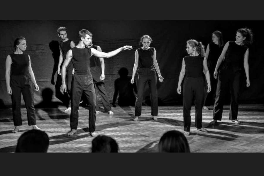 młodzi aktorzy na scenie