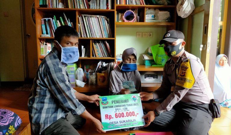 Bhabinkamtibmas Polsek Banyuresmi Dampingi Penyerahan Bantuan Sosial Kepada Warga Lanjut Usia
