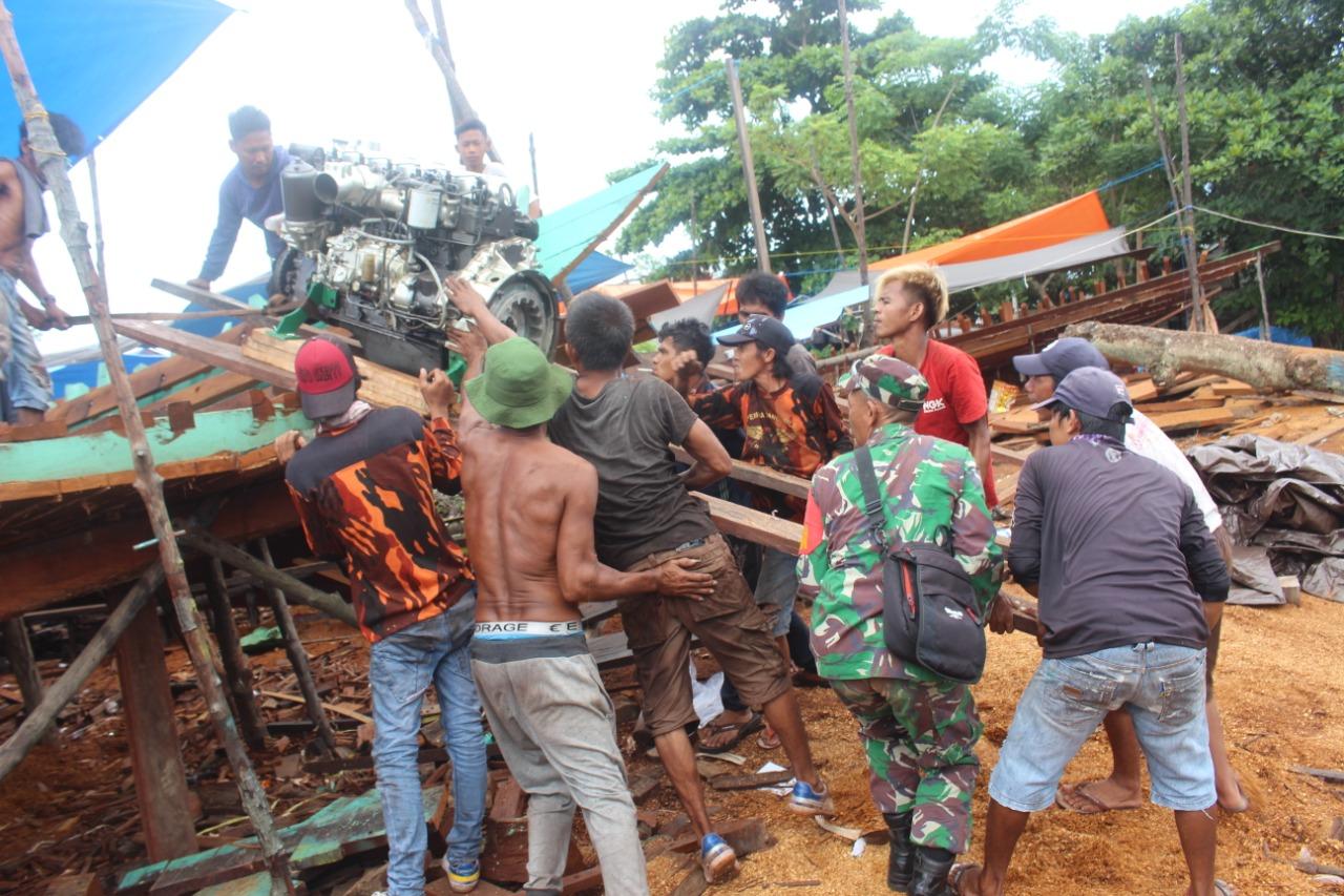 Wujud Nyata 8 TNI Wajib, Babinsa Penajam Aplikasikan Bantu Warga Angkat Mesin Kapal