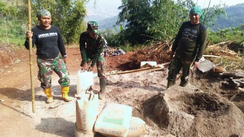 Potret Kerjasama Anggota Satgas TMMD Reguler Ke-108 Dan Warga Saat Mencari Sumber Air Di Hutan