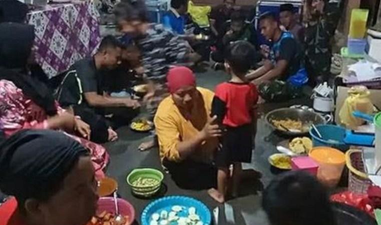 Kekompakkan Satgas TMMD di Desa Bantu Ibu – Ibu di Dapur