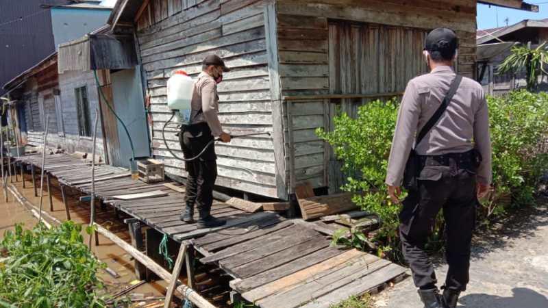 Polsek kahayan kuala lakukan penyemprotan disinfektan rumah warga