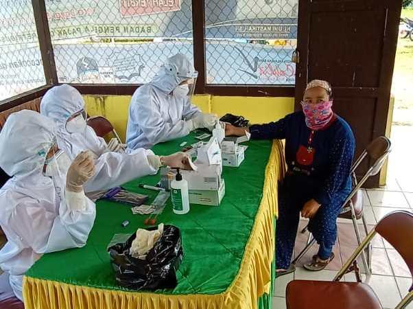 Satgas Terpadu Covid-19 Kecamatan Bukit Batu Lakukan Rapid Test Pedagang Kelurahan Marang