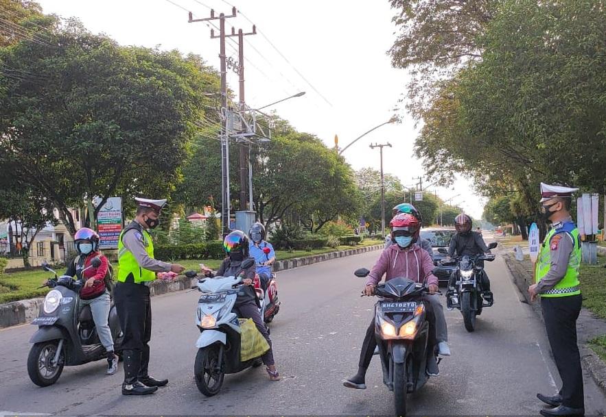 Laksanakan Gatur Pagi, Unit Dikyasa Satlantas Bagikan Masker Kepada Pengguna Jalan