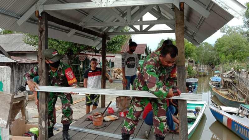 Mewujudkan Lingkungan Kondusif, Koramil 1004-07/Pulau Laut Timur bantu warga bangun Pos Kamling