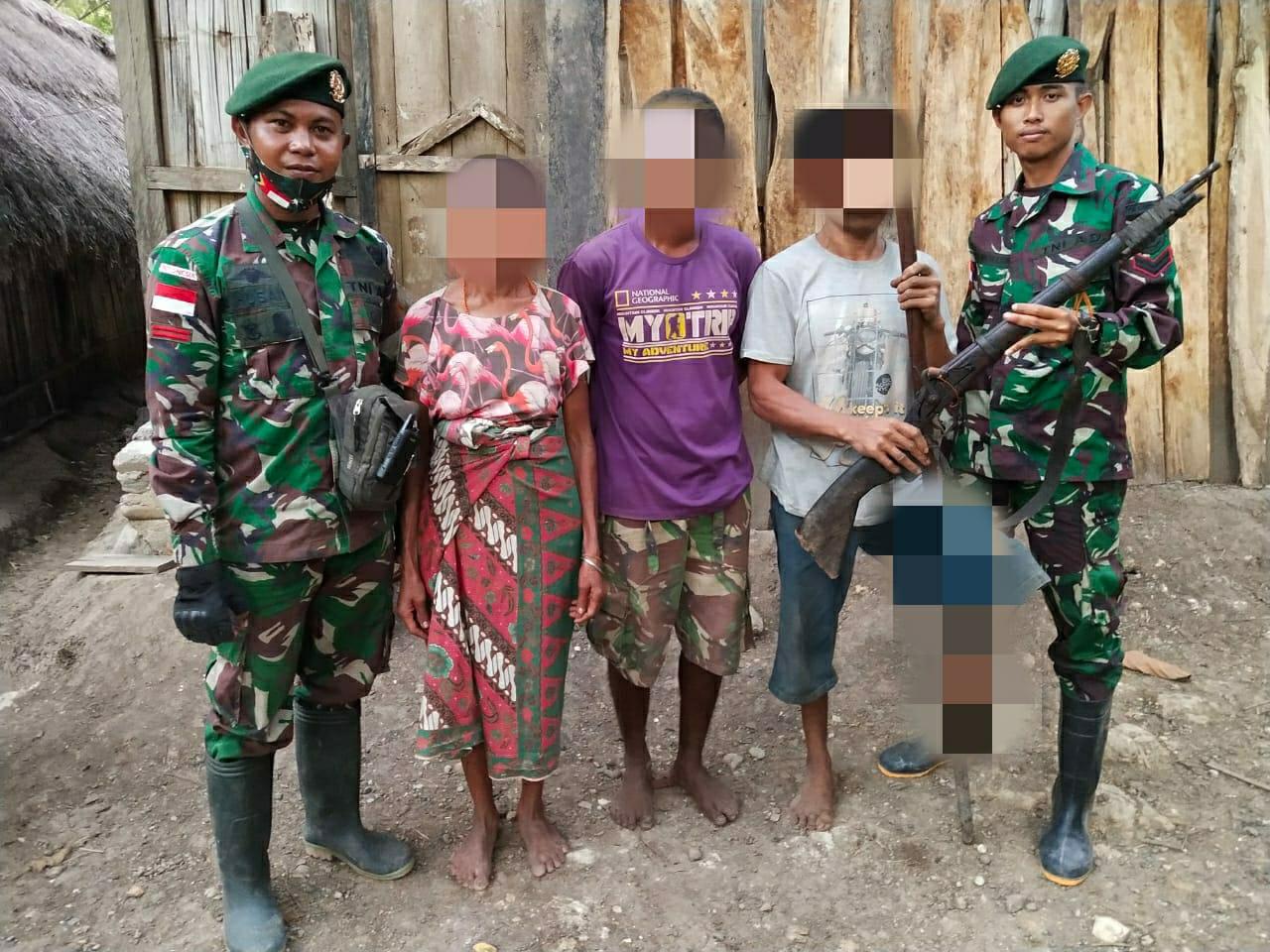 Satgas Pamtas Yonarmed 6/3 Kostrad Terima Satu Pucuk Senjata Api di Pos Oepoli Sungai.