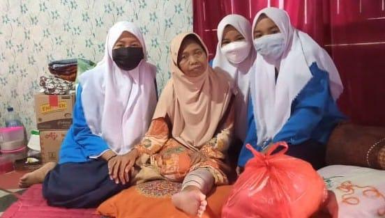 MTs Darul Muttaqin Kobar Bagikan Sumbangan Paket Ramadhan