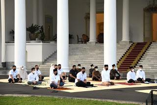 Presiden Joko Widodo Bersama Ibu Negara Shalat Idulfitri Di Halaman Istana Kepresidenan Bogor.