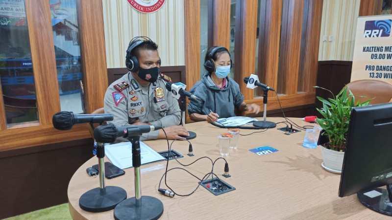 Edukasi Masyarakat, Kasat Lantas Polresta Palangka Raya Hadiri Talk Show di RRI