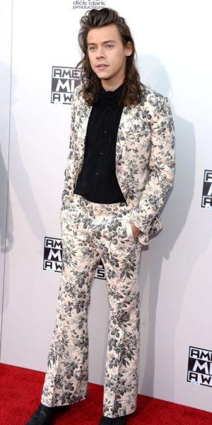 Harry Styles com terno estampado