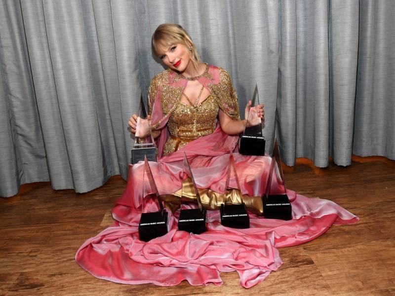 Taylor com seus 6 troféus do American Music Awards