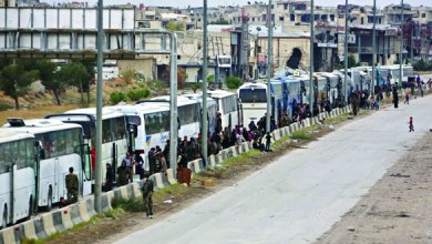 صورة مغادرة مقاتلي المعارضة والمدنيين حدود الجولان بالحافلات