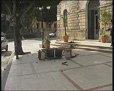 Licata, gli indigenti invadono il Comune occupati gli uffici,  mobili giù dai balconi