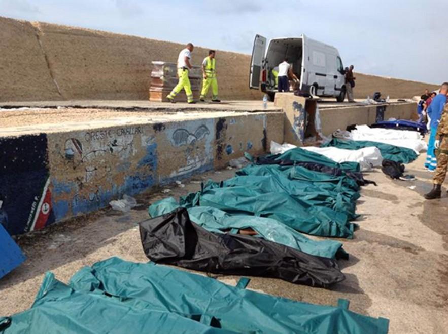 Strage di Lampedusa, le vittime sulla banchina