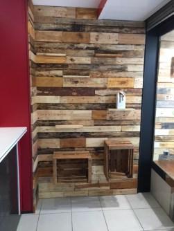 Pared revestida en madera + estanterias para productos