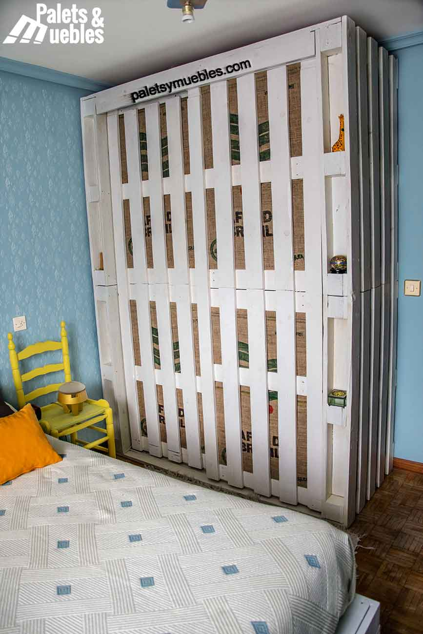 Dormitorio con palets y elementos reciclados palets y - Dormitorio con muebles blancos ...