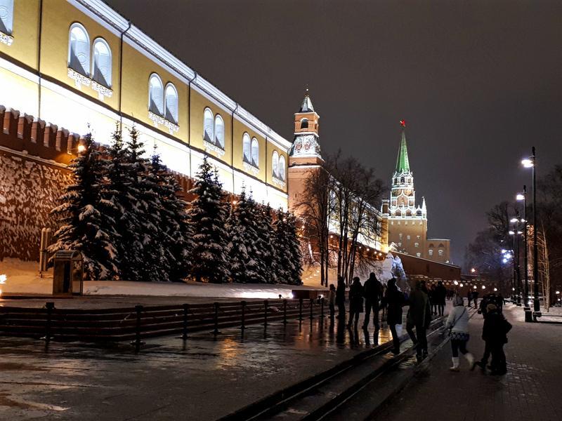 kremlin walls moscow night