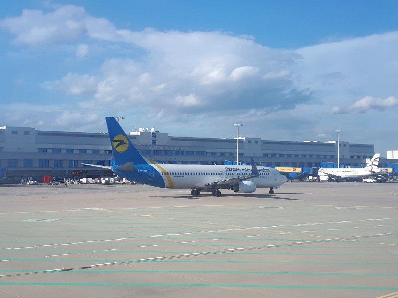 uia ukraine airlines plane athens airport