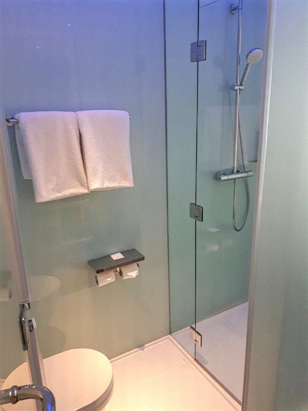 bathroom citizenm hotel