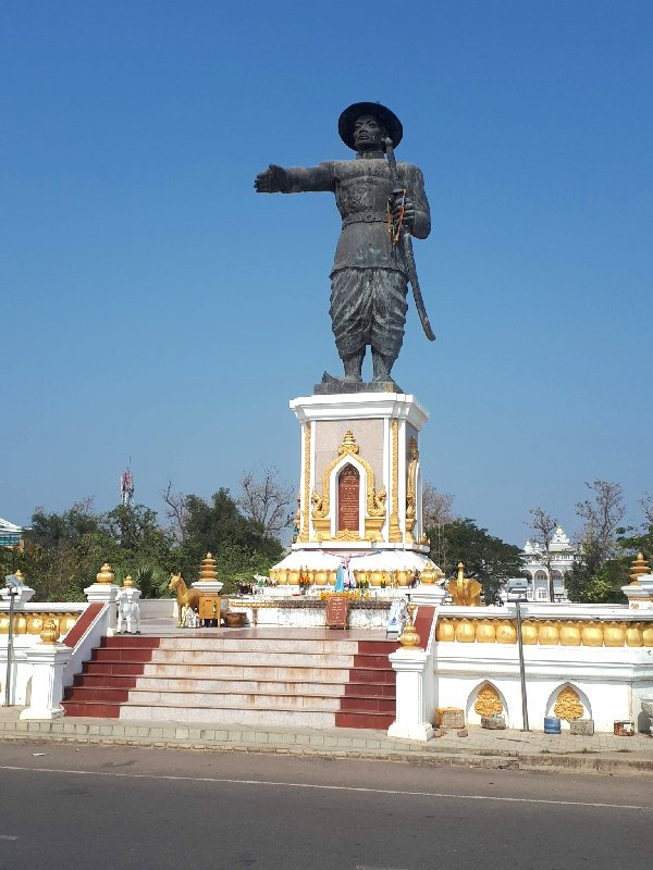 statue king anouvong