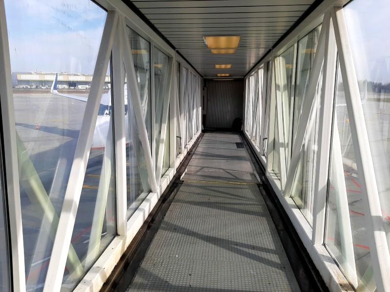 bucharest otopeni airport jet bridge