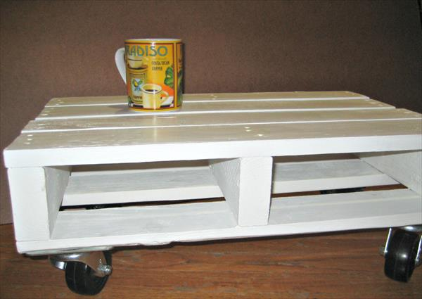 diy pallet white coffee table with casters | pallet furniture plans