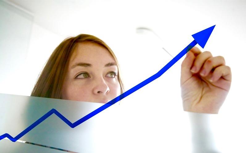 garota mostrando gráfico de ascensão