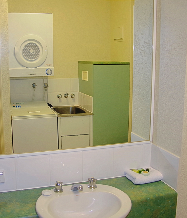 Bathroom 1 bedroom apartment