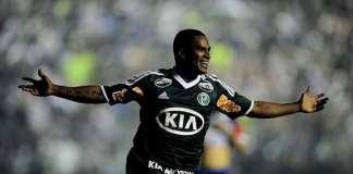 Mazinho comemora gol.